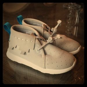 Children's gray tennis shoes